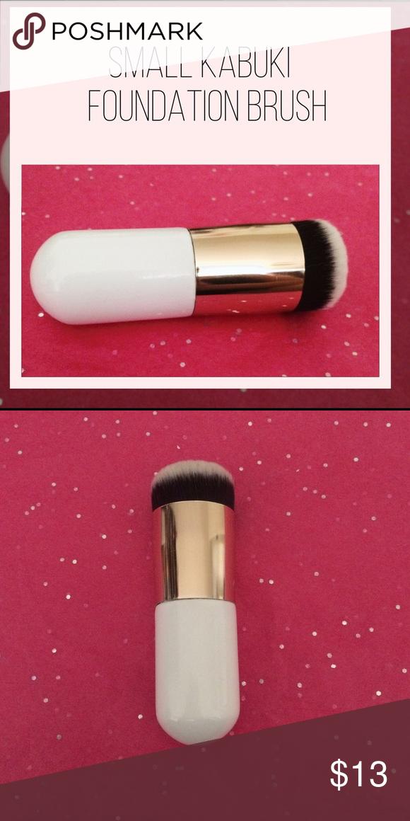 Kabuki Foundation Brush Brand New. This is a Gold & white