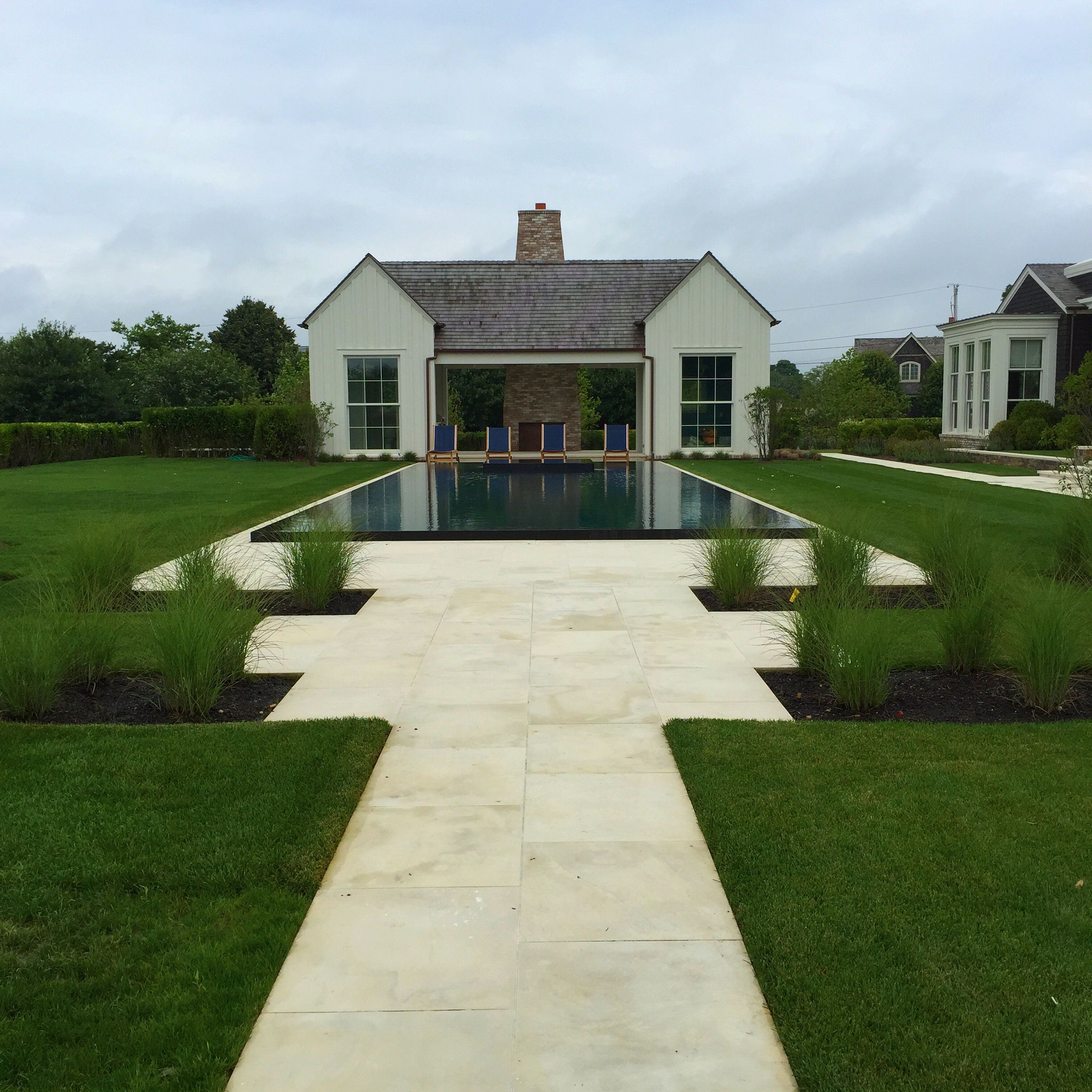 Minimalist pool and garden in the Hamptons by Howard