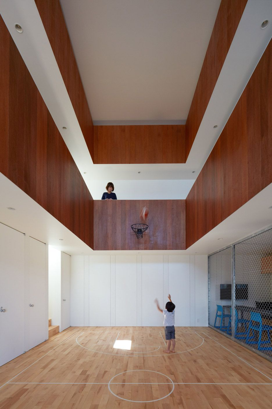 Koizumi sekkei designs house in japan with basketball for Basketball court inside house