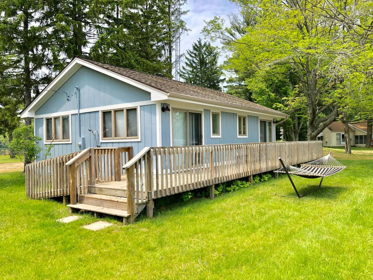 Beautiful Saddle Lake Weekdays Discounted Cottages For Rent In Grand Junction Michigan United States In 2020 Waterfront Homes Cottage Grand Junction