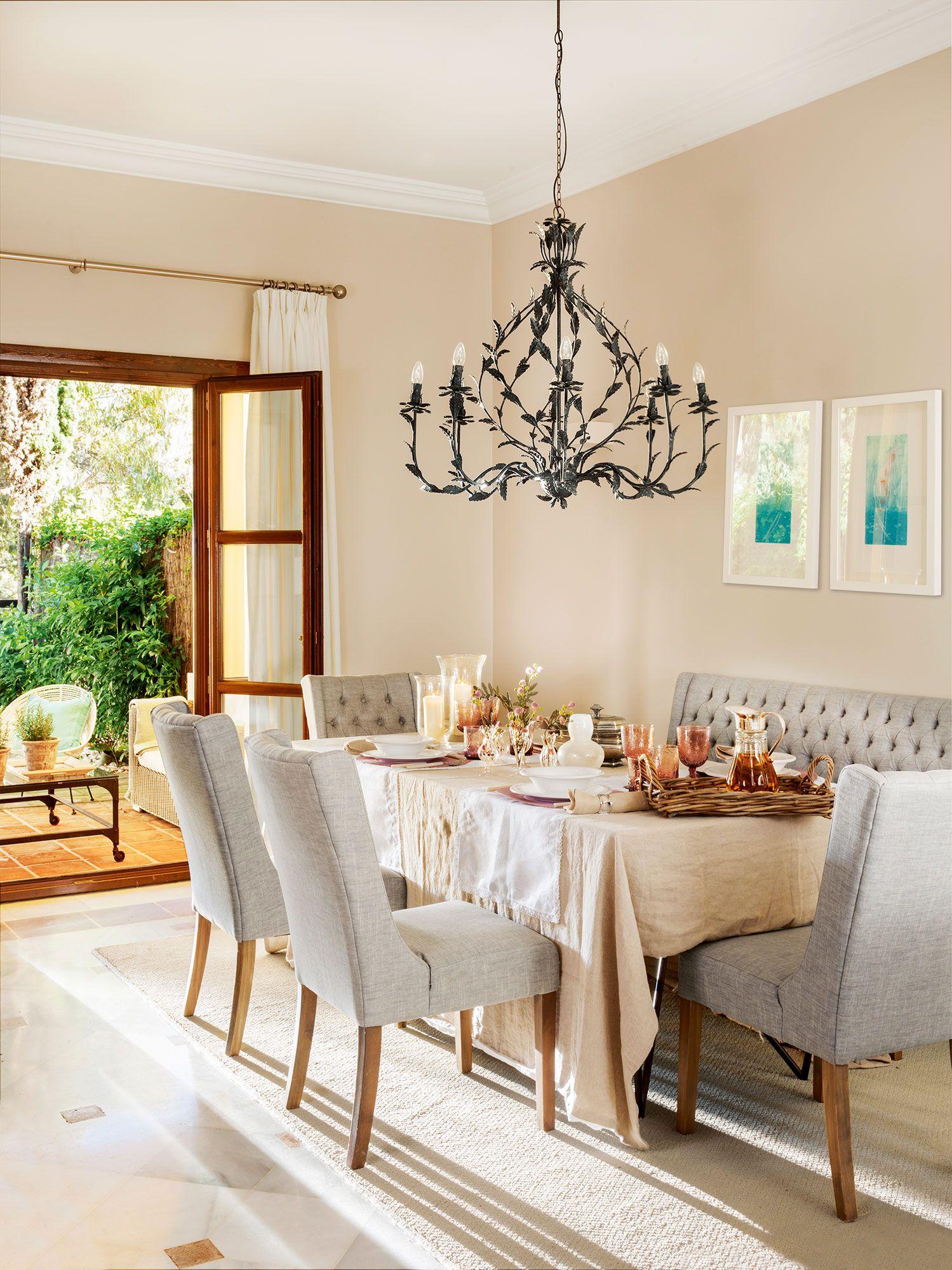 Comedor cl sico con sillas tapizadas en capiton y banco for Sillas comedor elegantes