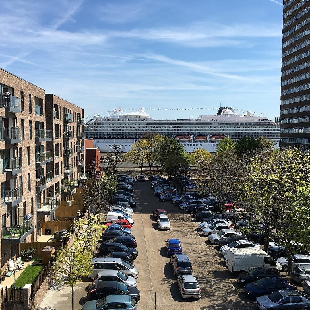 Oui oui devant l'appartement  #london #canarywharf by jeanbrice63