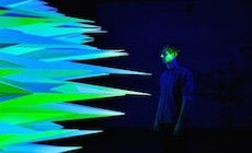 L'artiste Flynn Talbot a créé oeuvre lumineuse animée intitulé «Primary» qui a été exposée à la PSAS, à Perth (Australie). L'idée est d'explorer les 3 couleurs primaires et les formes triangulaires à travers 3 sources de lumières Led différentes.
