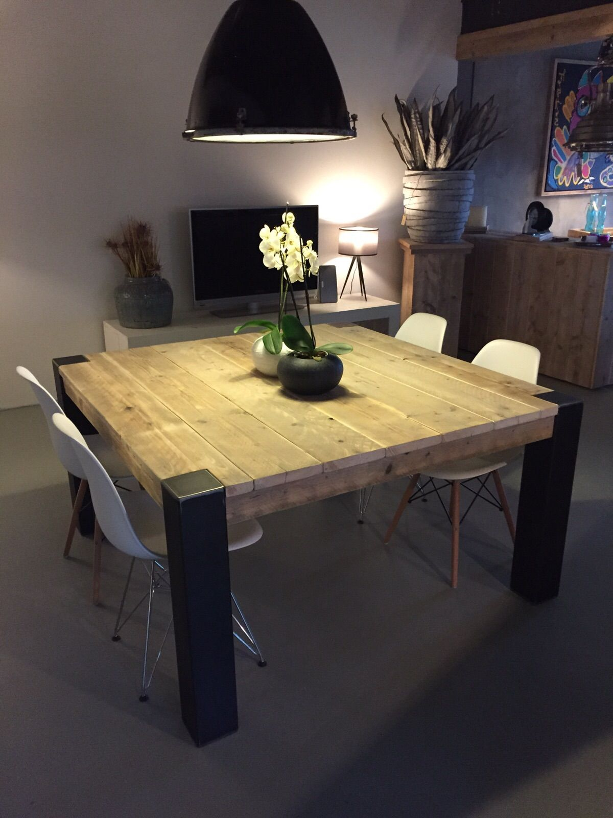 Table carr e avec pieds en m tal brut tables en ancien - Table a manger industrielle ...