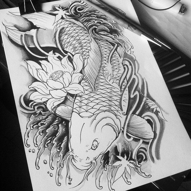 dessin motif tatouage noir et gris carpe koi fleur de lotus et