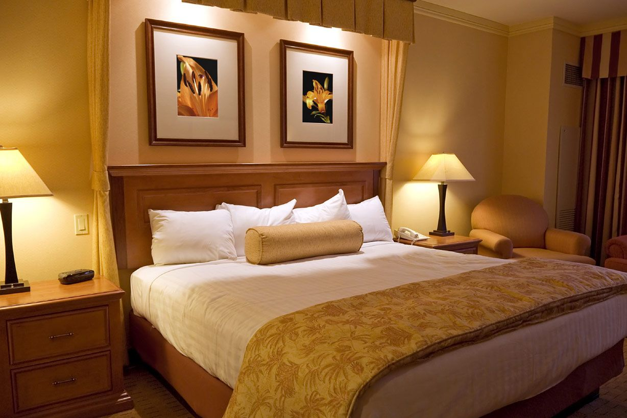 Best Luxurious Hotel Room Bedroom Designs For Couples 400 x 300