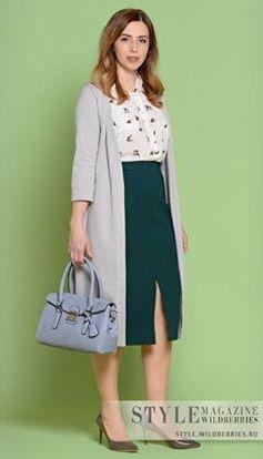 Зеленый пуловер, молочное платье, серая сумка, серые туфли