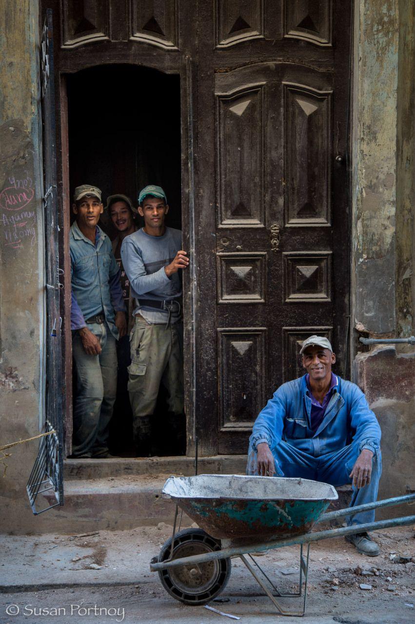 Los trabajadores toman un descanso en La Habana, Cuba