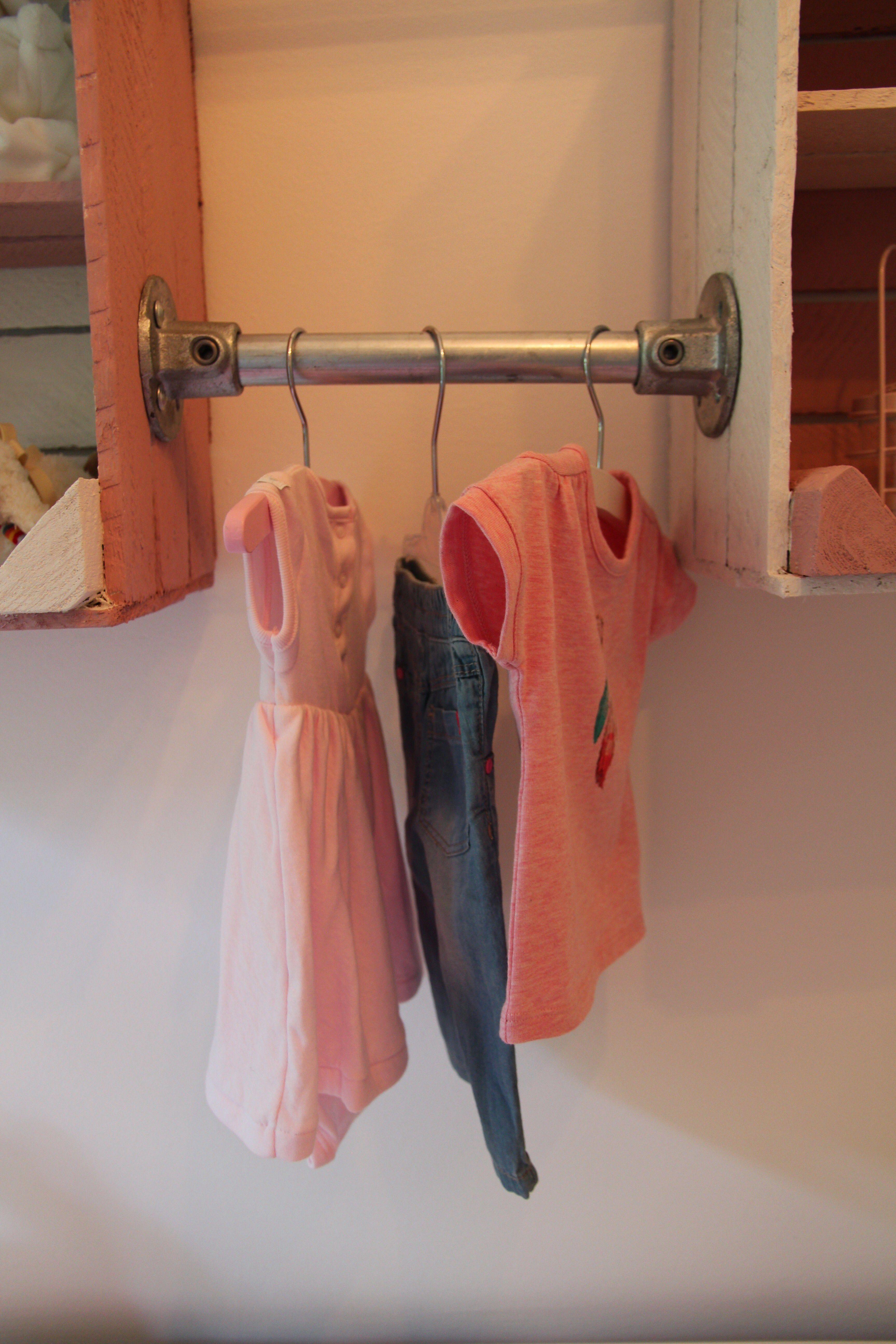 Steigerbuis kledinghanger babykamer.