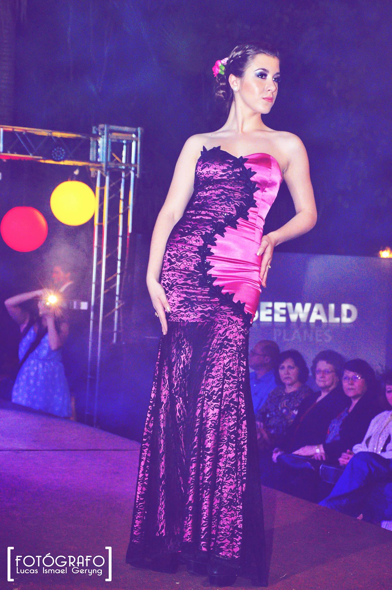 Vestido violeta, corte sirena con encaje en un solo lado, recogido ...