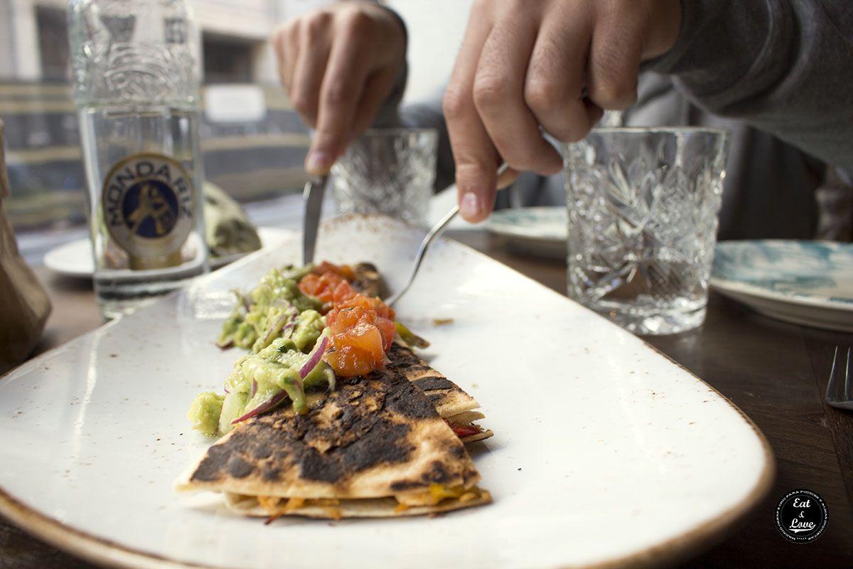 quesadilla de pollo mechado con aguacate y tomate confitado  La Jefa brunch