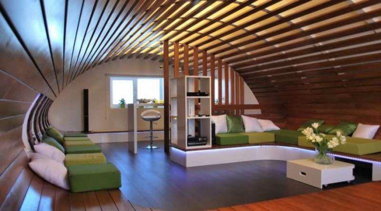 Soffitto In Legno Con Travi : Pavimento in parquet e soffitto ad arco con travi in legno divano