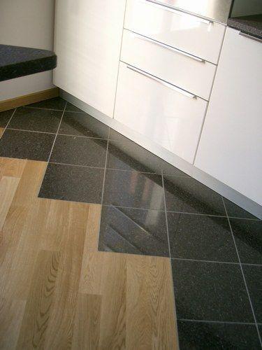 Rinnovare il pavimento con le piastrelle adesive vantaggi - Parquet in bagno e cucina ...