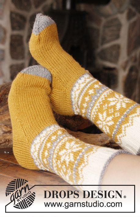 """DROPS Pääsiäinen: Kuviolliset DROPS sukat """"Karisma""""-langasta. Koot 35-46. ~ DROPS Design"""