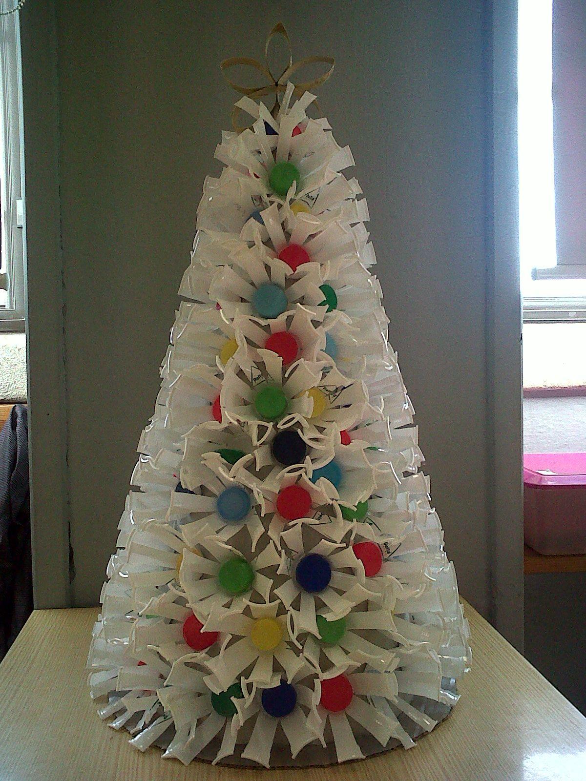 Resultado De Imagem Para Arvores De Natal Com Material Reciclado Enfeites De Natal Com Garrafa Pet Arvore De Natal Reciclavel Enfeites De Natal