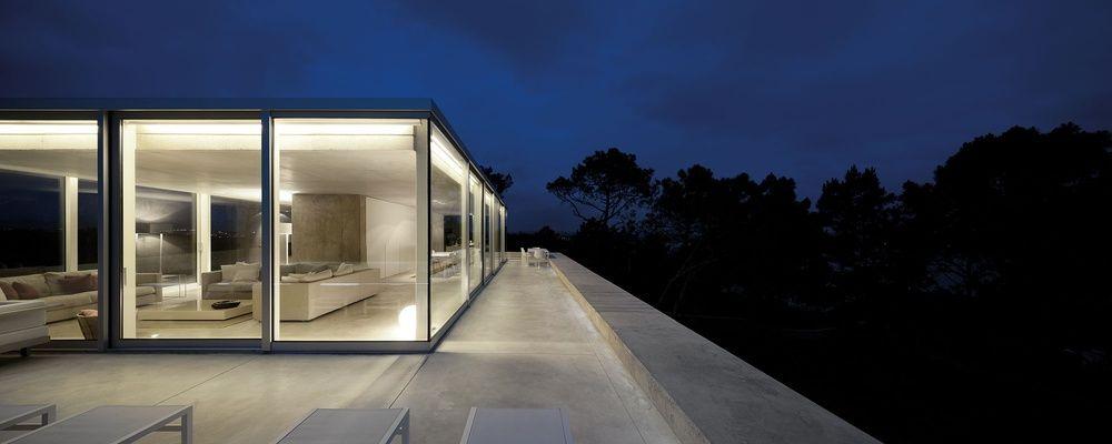 pavillon aus glas mit umlaufender dachterrasse in villa aus beton, Hause und garten