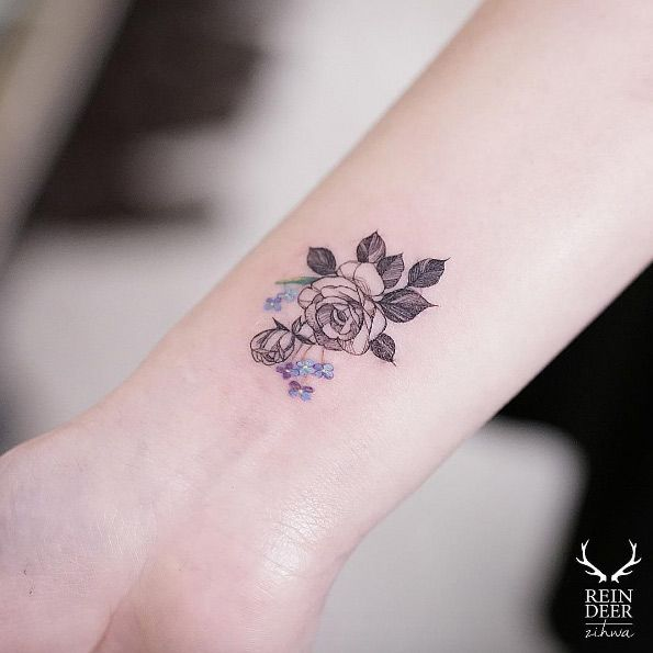 die besten 25 small rose wrist tattoo ideen auf pinterest handgelenk rosentattoos kleine. Black Bedroom Furniture Sets. Home Design Ideas