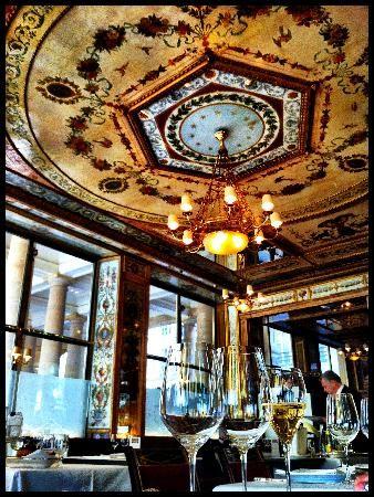 Gå på minst en gourmetrestaurant. Finn en anledning som en romantisk date eller familiebesøk og gjør en virkelig helaften ut av det. Her Le Grand Vefour som ligger i Palais Royal, fransk service og kvalitet på sitt beste!