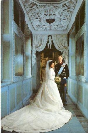 Alexandra Christina Manley (now the Countess of Frederiksborg) at her Wedding to Denmark's Prince Joachim on 18 November 1995. La tiara de las lagrimas fue creada para la gran duquesa Anastasia de Mecklenburg-Schwerin, nacida de Rusia, (1860-1922) y heredada, posteriormente, por Alejandrina, su hija mayor, nada más cumplir ésta su mayoria de edad