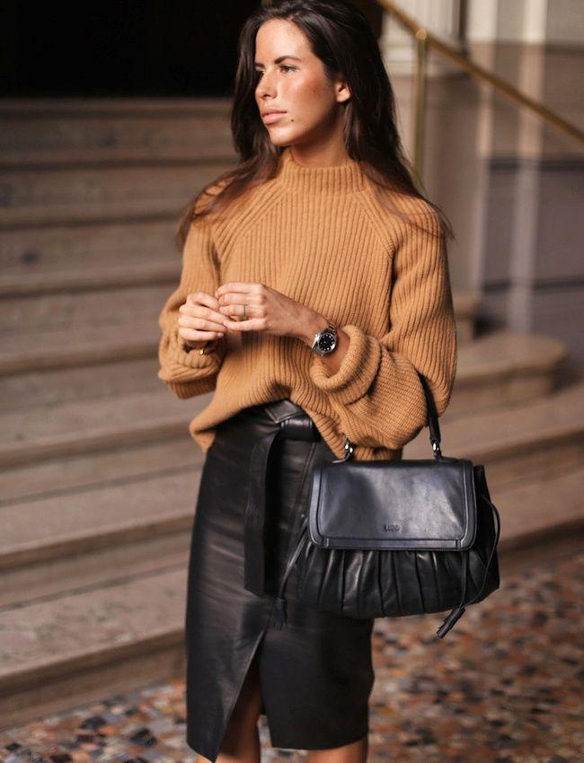 Gros pull cosy + jupe portefeuille en cuir = le bon mix (photo Nina Urgell Cloquell)