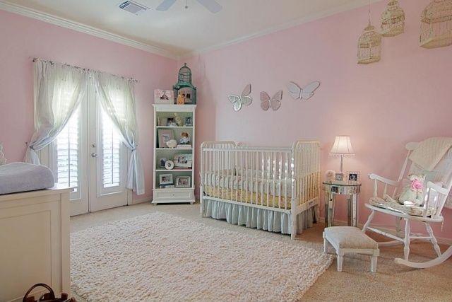 Babyzimmer idee mädchen hellrosa creme wanddeko schmetterling spiegel