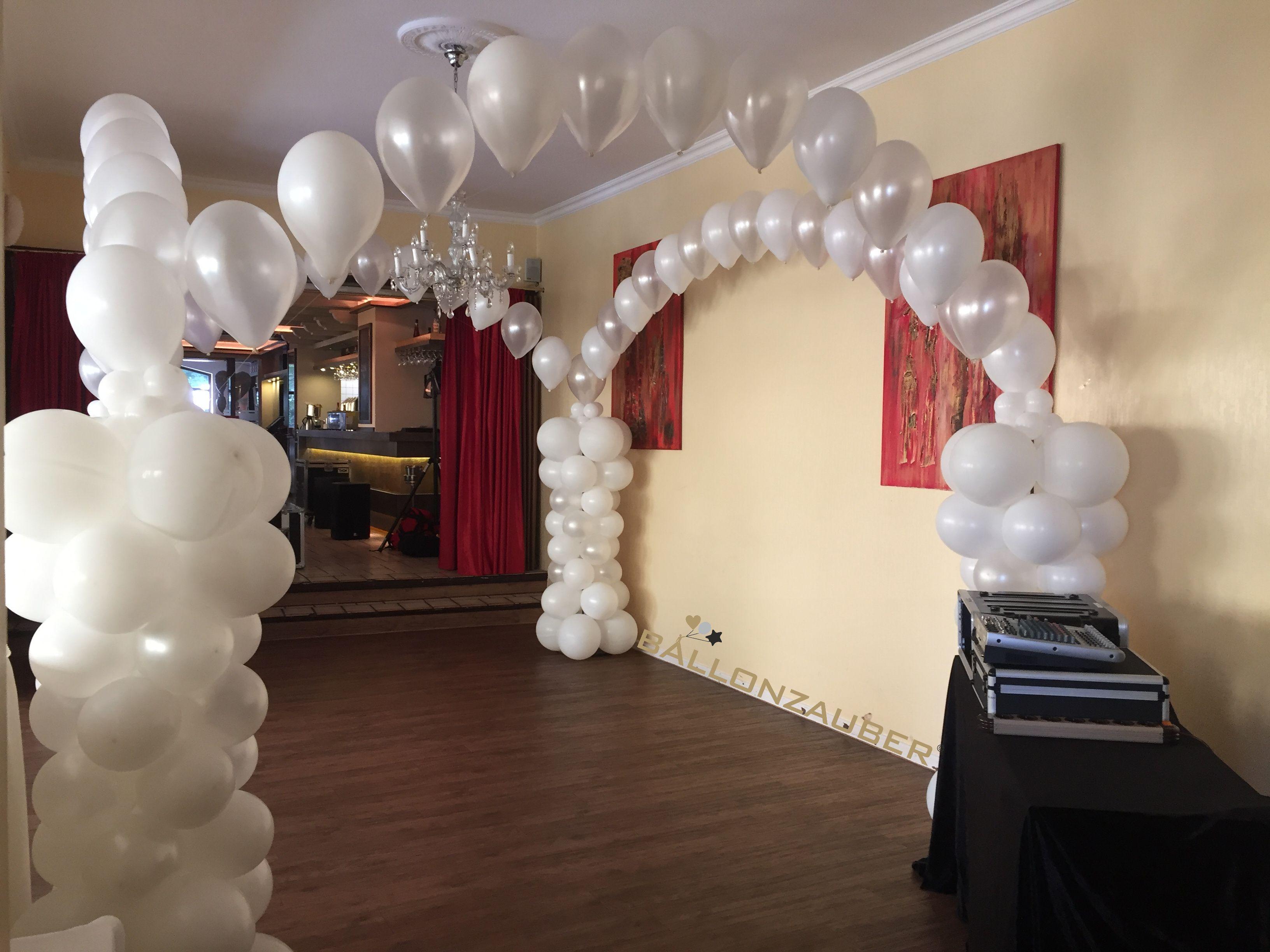 Wunderschoner Ballonbogen In Weiss Und Perlmutt Zur Dekoration Der Tanzflache Bei Hochzeiten Ballonzaube Luftballons Hochzeit Ballondekorationen Luftballons