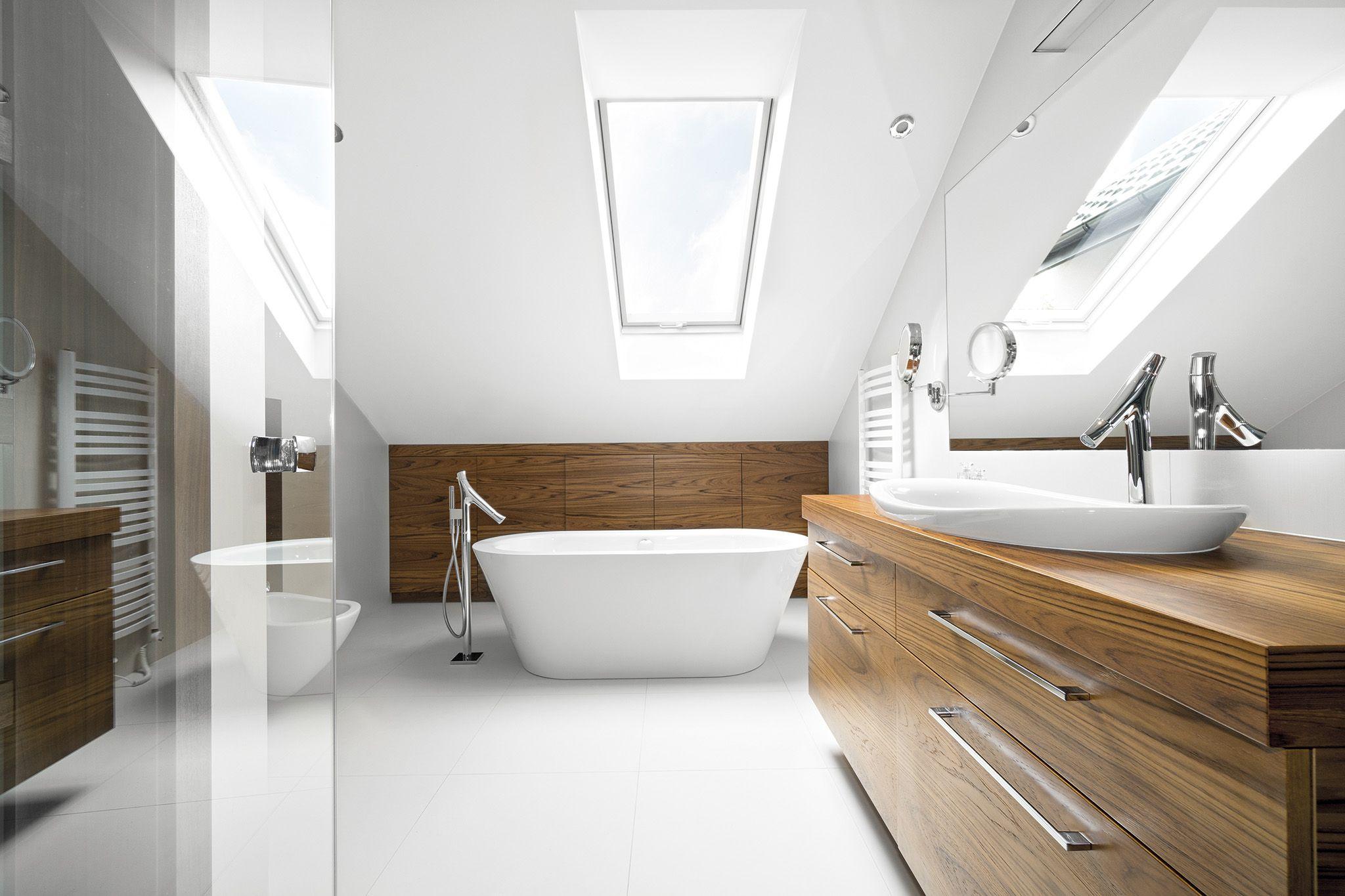 Badkamer Met Dakraam : Ruime en lichte badkamer met veel wit en houtelementen. gebruik een