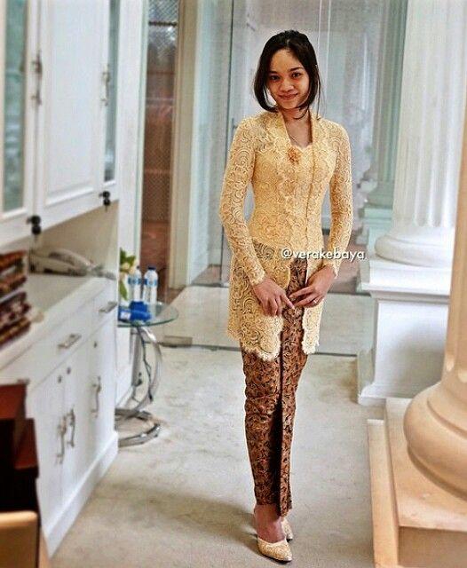 Baju Batik Dian Sastro: Kebaya Kuning Gading_Vera Kebaya