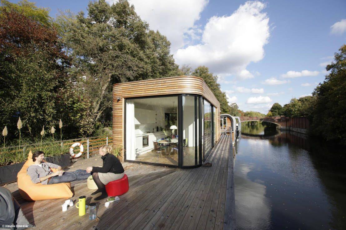 ein schwimmendes haus moderner balkon hausboote und traumf nger. Black Bedroom Furniture Sets. Home Design Ideas