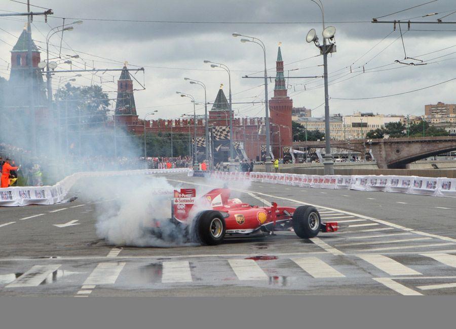 Bu yıl altıncısı düzenlenen Moscow City Racing Auto Show'da Vasıliy Kilisesi ve Kızıl Meydan manzaralı gösteriler izleyicilerden tam not aldı.