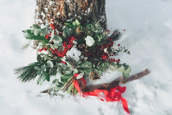 Christmas winter wedding bouquet | fabmood.com #wedding #winterwedding #christmas #christmaswedding