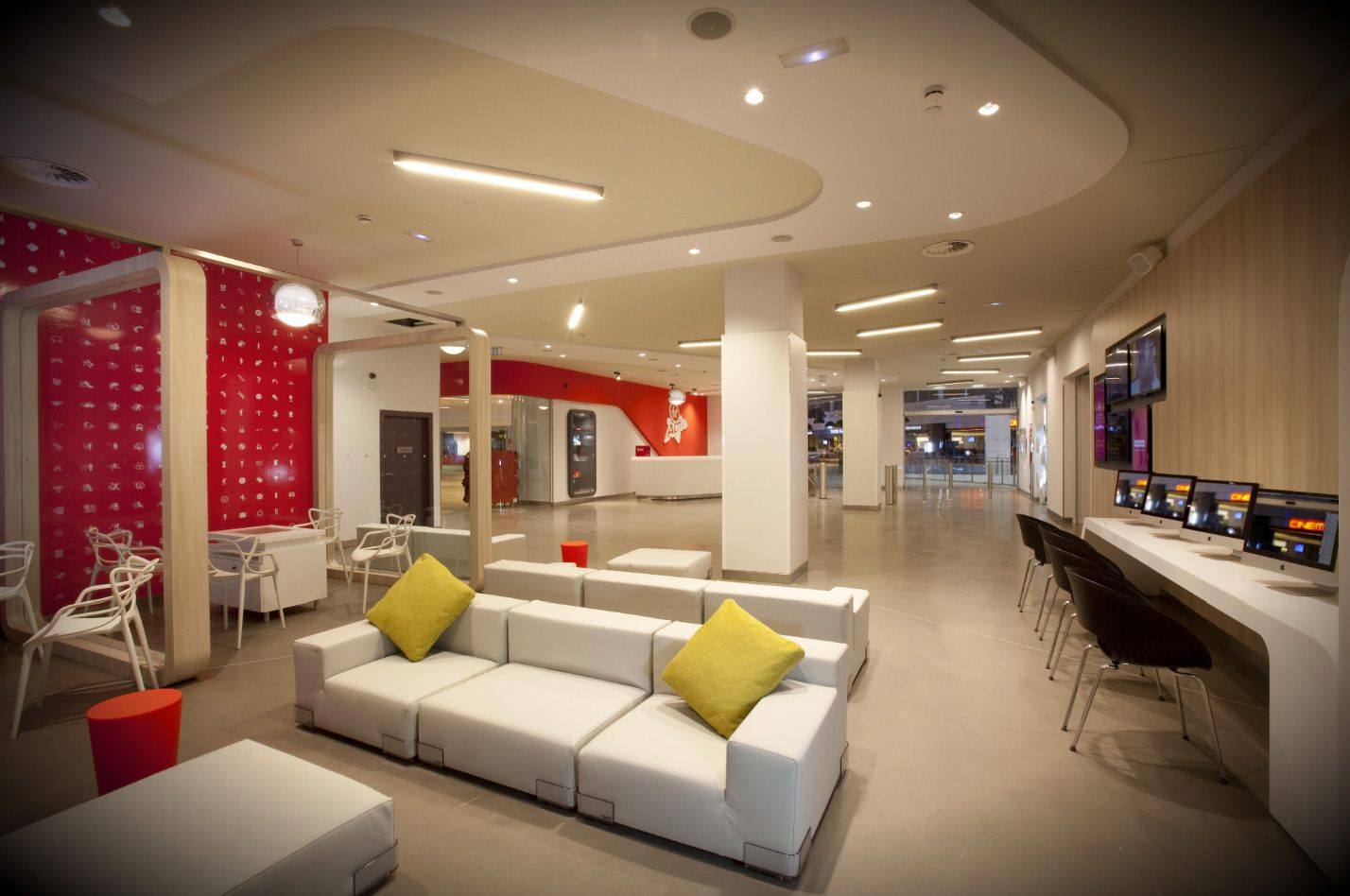 Home Gym Design: Zona Lounge Club Virgin Active Granada