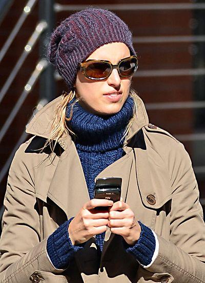 Karolina Kurkova ist mit dickem Wollpulli und Strickmütze auch gut gegen kalten Wind geschützt.