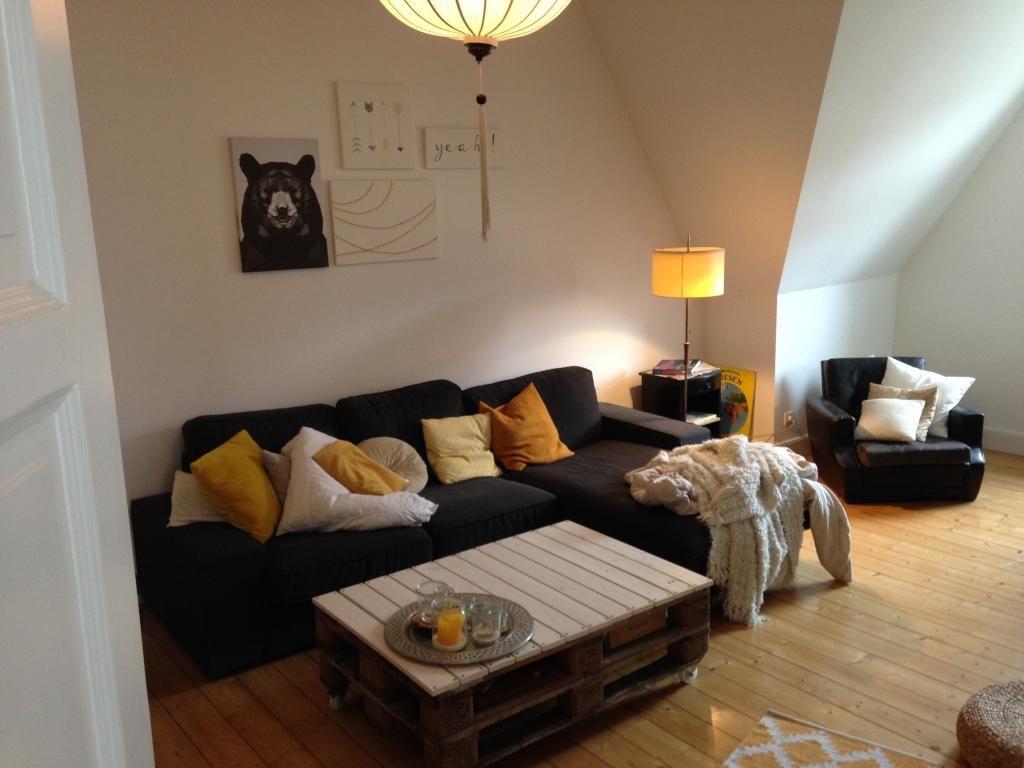 Gemütliches Wohnzimmer mit Couch und farbigen Kissen sowie