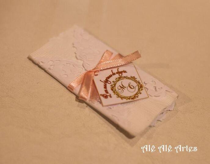 Envelope personalizado com lenço macio para as lágrimas de alegria de seus convidados. <br>Confeccionado em papel Goffrata, 180g, na cor branca. <br>A cor da fita é de escolha do comprador. <br>Tamanho do envelope fechado; 13,5 x 7,5 (A x L). <br> <br>Pedido mínimo: 30 unidades.