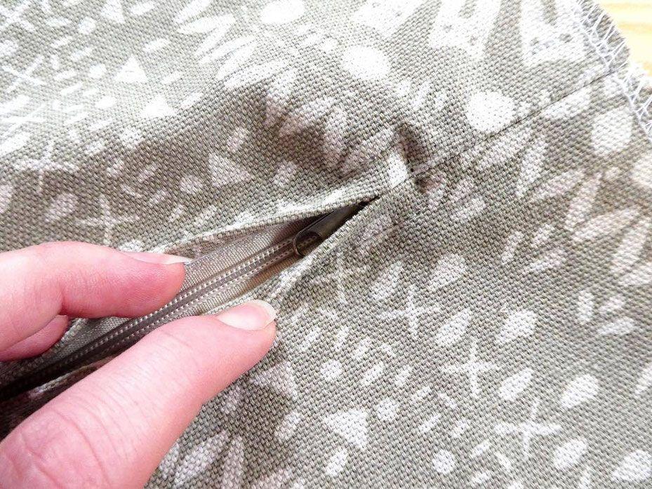 [DIY / Tutorial] - Wie näht man ein Kissenbezug / Kissenhülle mit Reißverschluss, und warum muss man den Stoff eigentlich ketteln?