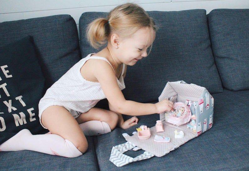 Photo of Kit de casa de muñecas de viaje gris, bolsa de asas de casa de muñecas, juego de casa de muñecas de tela pequeña, bolsa de casa de muñecas, regalo para bebé, juego de juguetes de viaje