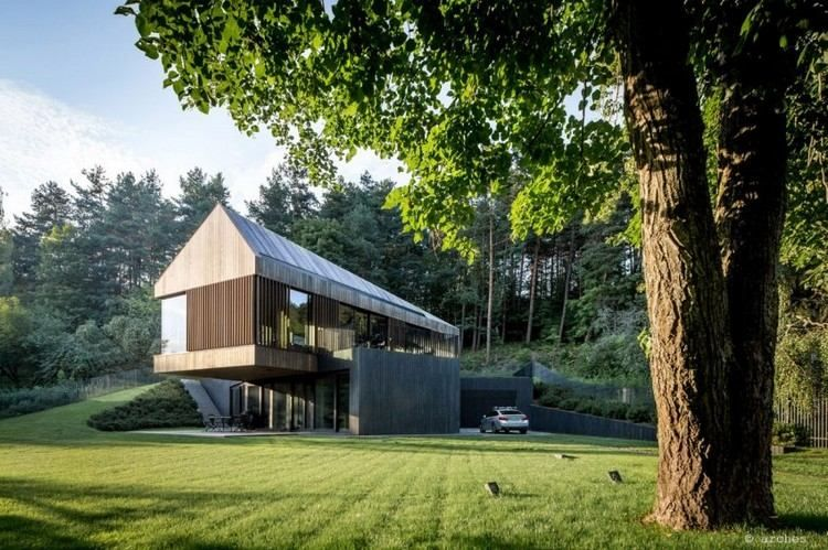toit mansard bardage bois vertical baies vitr es et garage moderne d 39 une maison d 39 architecte. Black Bedroom Furniture Sets. Home Design Ideas