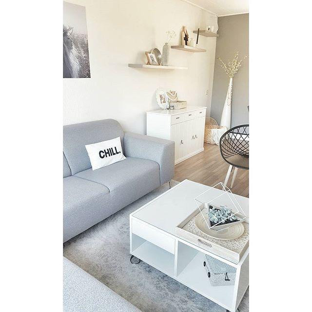 Wat een warmte om te behangen😥, maar het eind komt in zicht! Eerst buiten met z'n allen patatjes en snitzel eten 😉 HAPPY EVENING 😙💖_________________________________________ #witwonen #whiteinterior #interior #interiordesign #interiør #myhome #simplicity #minimalism #interiorwarrior #interieur #livingroom #vloerkleed #rug #design #designchair #poster #art #finahem #finehjem #nordicinspiration #nordeste #nordikspace #myinterior #homeinspo #homedecor #homedeco #nordic_homes #simonsayshome…