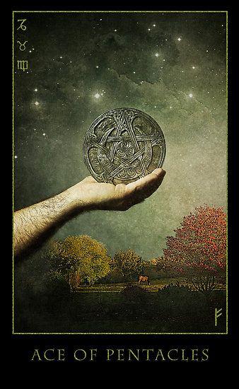Arcadia Tarot - Aas van pentagrammen. Behoort tot element aarde. Ook mooi dat de 3 aardetekens uit de astrologie op de kaart staan!