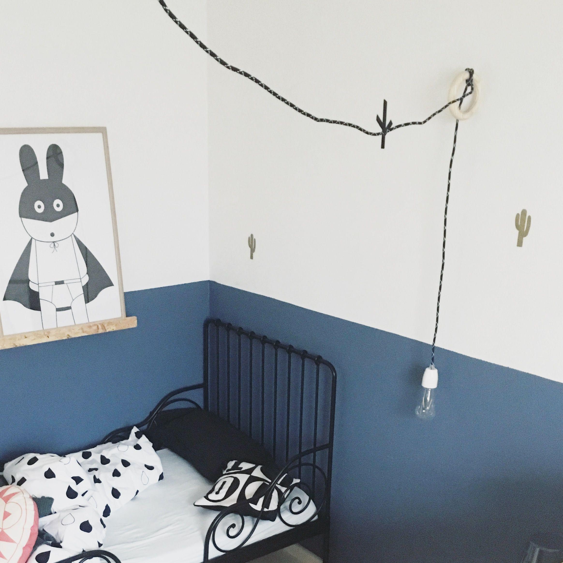 Chambre d enfant moderne mur bicolore bleu et blanc