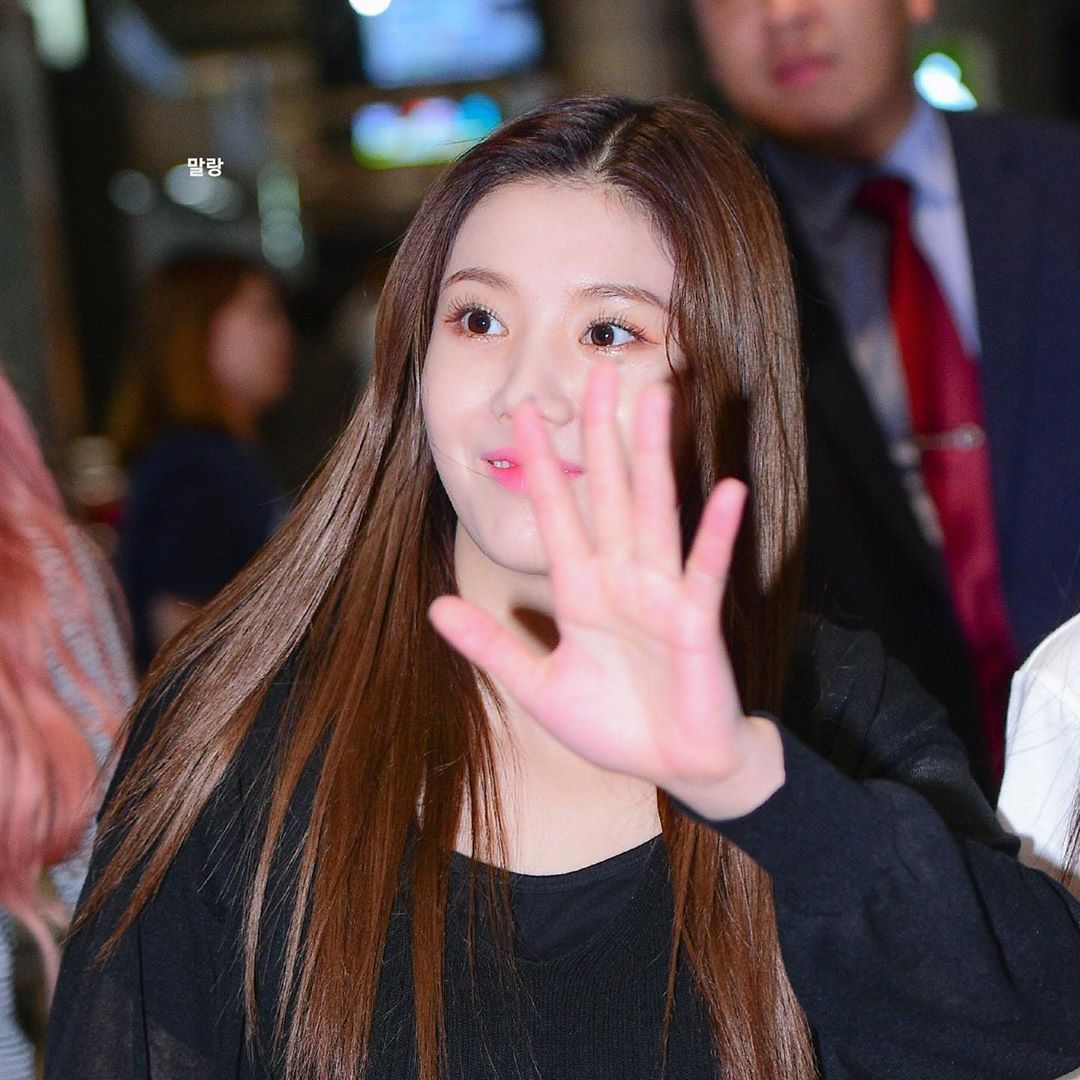 IZ*ONEs Kwon EunBi Looks Gorgeous With Big And Intricate