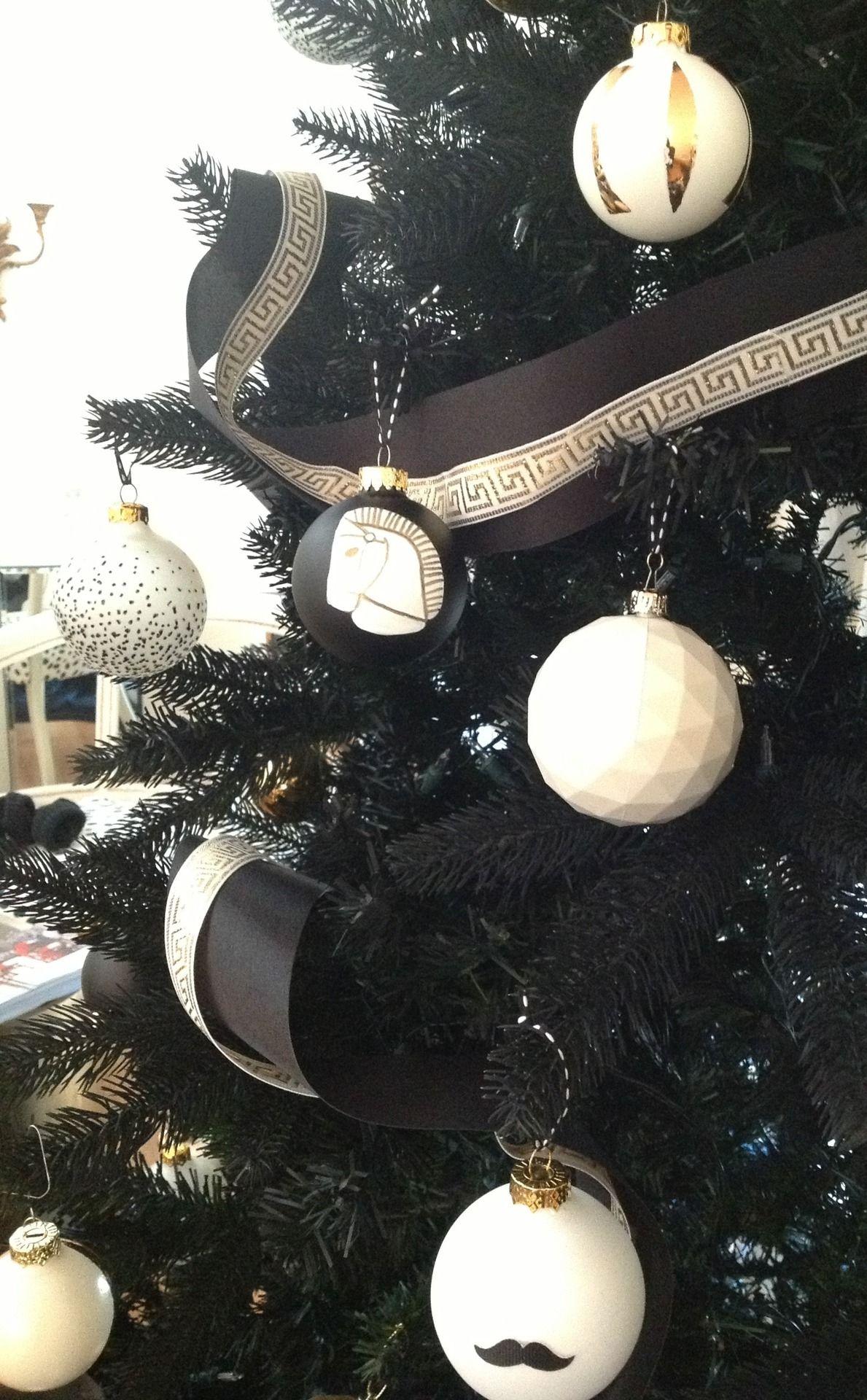 Diy Christmas Ornaments On A Black Tree Black Christmas Decorations Black White And Gold Christmas White Xmas Tree