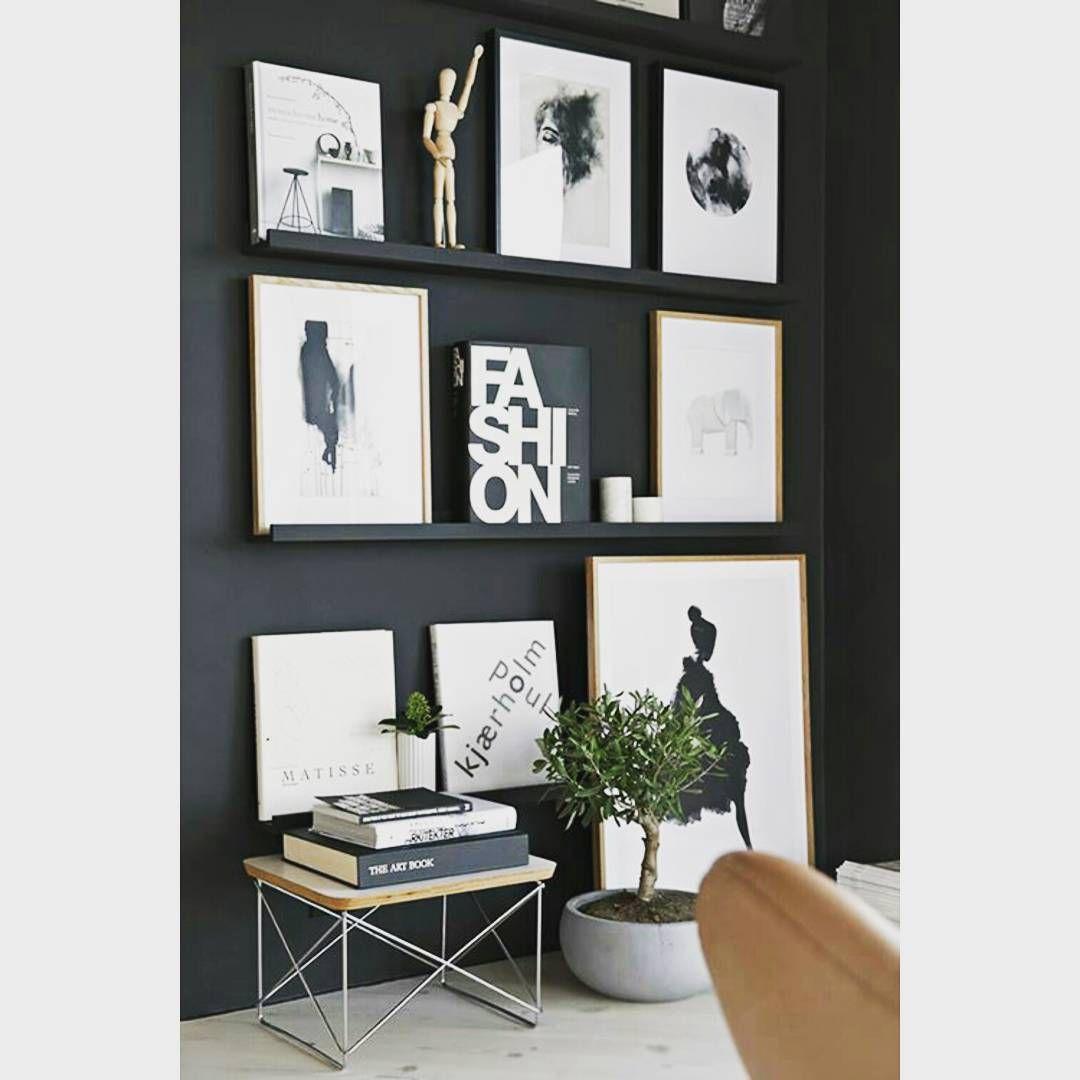 | Inspiração | Composição de quadros com a parede escura já fica um charme, com um manequim articulado, livros e um verdinho ficou ainda mais bonito