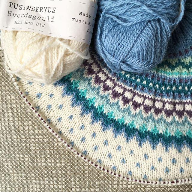 Några lopprader till och sen är det dags att dela av för ärmarna! #stickar #knitting #damejakkaloppa #pinneguridesign #loppkal #hverdagsuld #majasmanufaktur #majagarn #sticklivet