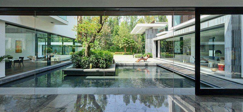 Maison contemporaine en plein paysage luxuriant avec piscine en Inde