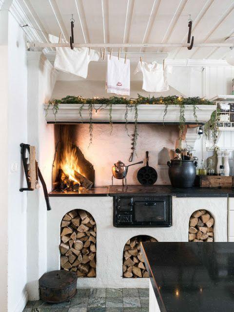 Kitchen With Open Fire Content In A Cottage Decoracion De Cocinas Rusticas Cocinas Rusticas De Campo Decoracion De Cocina De Granja