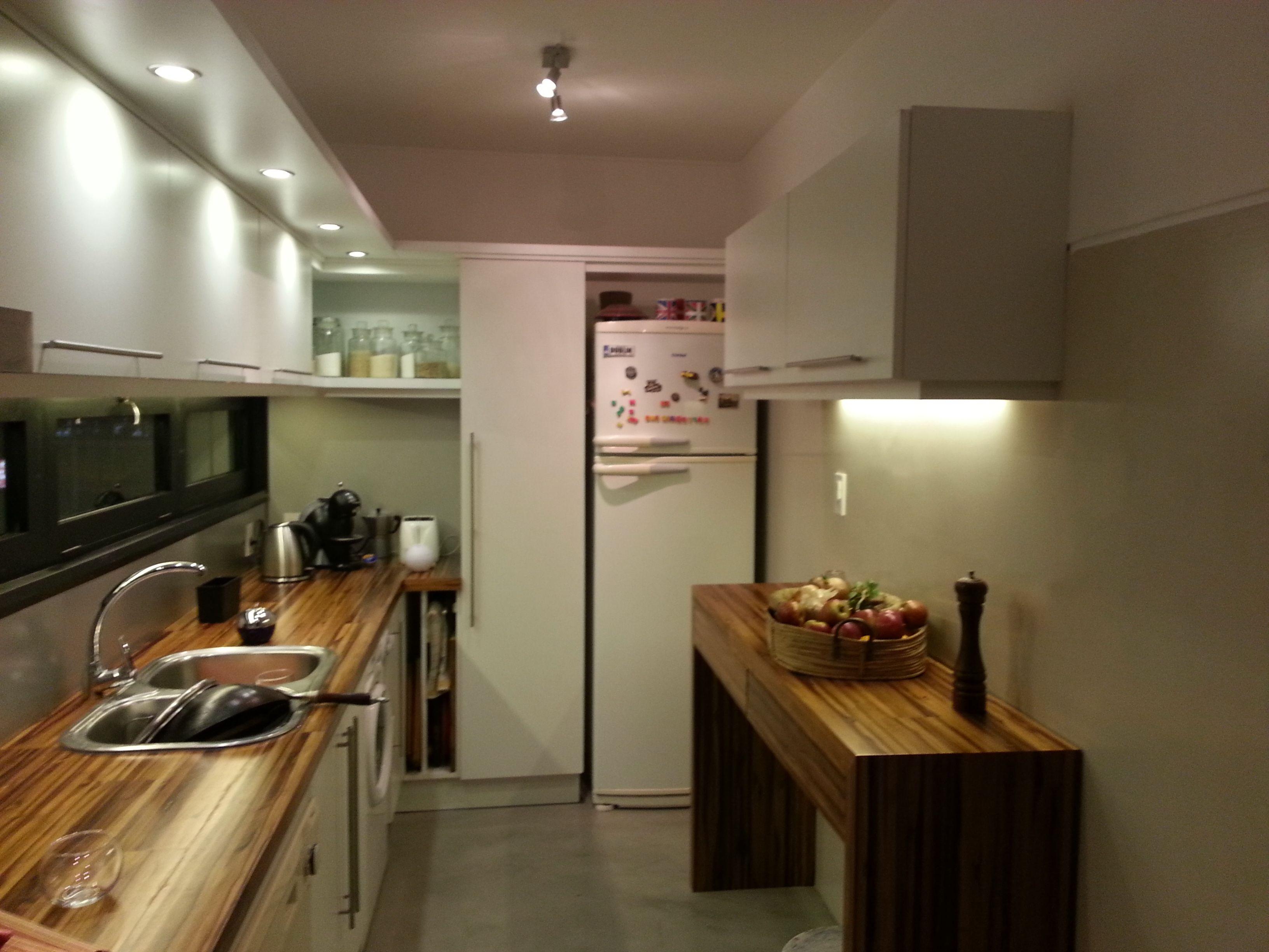 Cocina en melamina bl 18mm con mesada de madera teka for Mesada de madera para cocina