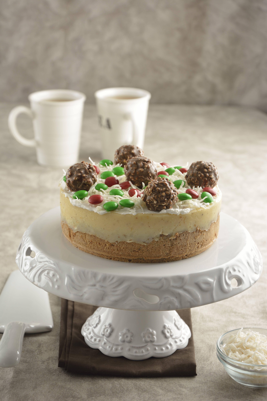 Prepara este delicioso cheesecake con rompope para navidad. Tiene una rica base de galleta de jengibre y un cremoso relleno con un intenso sabor a rompope. Es perfecto para la cena de navidad, no lo dejes de hacer.