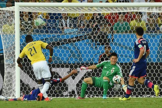 Jackson Martínez patea para marcar el 2:1 contra Japón